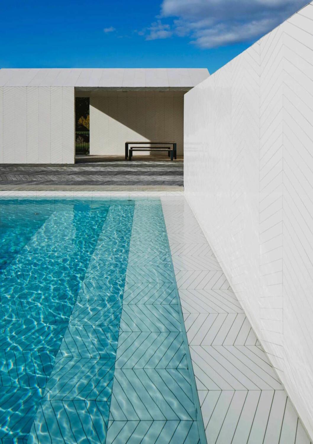 Bild på pool med franskt parkettkakel från Claesson Kuivisto Rune.