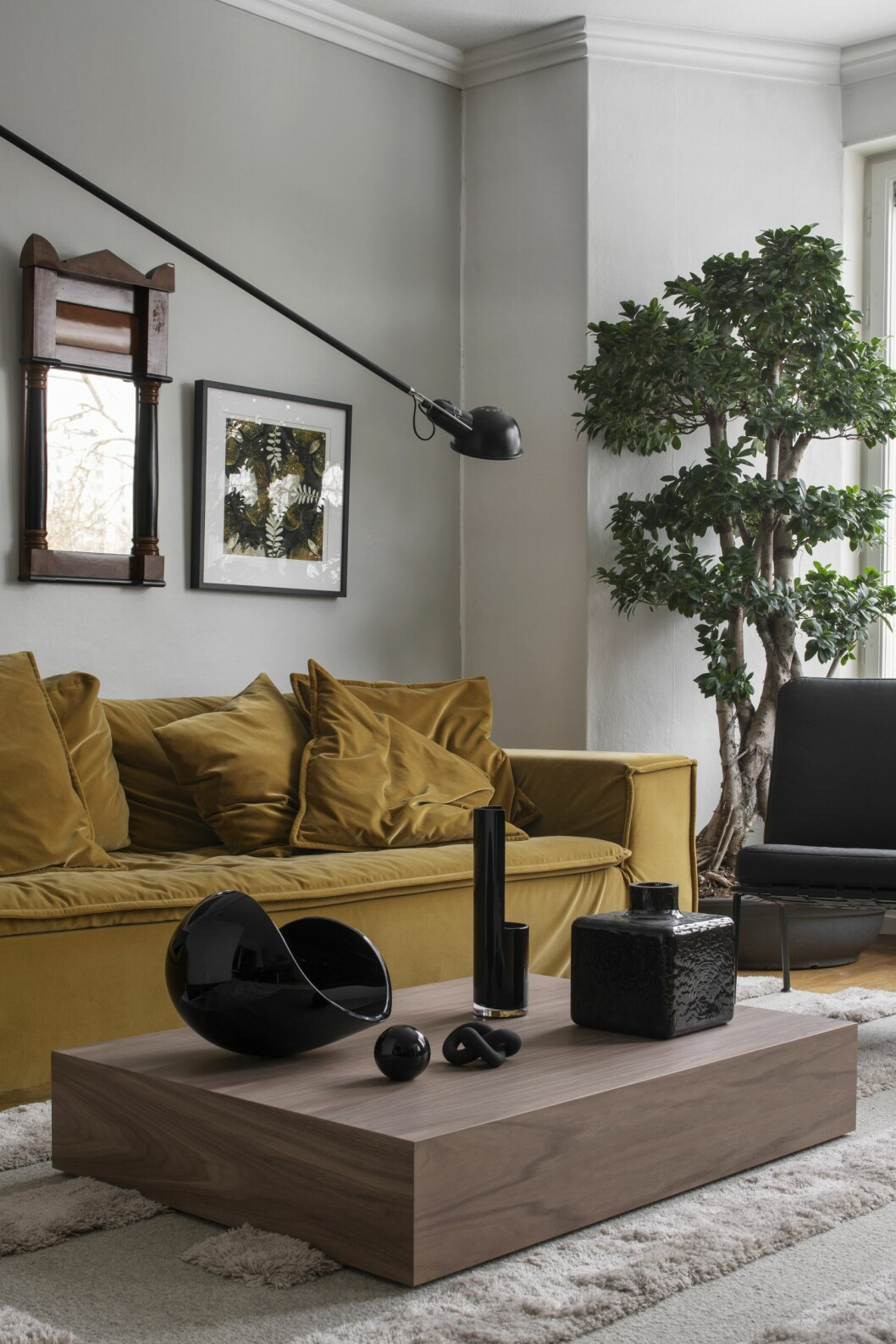 Vardagsrumm med gul soffa från Meli Meli och framför soffan ett lågt soffbord från Lim + Lu.