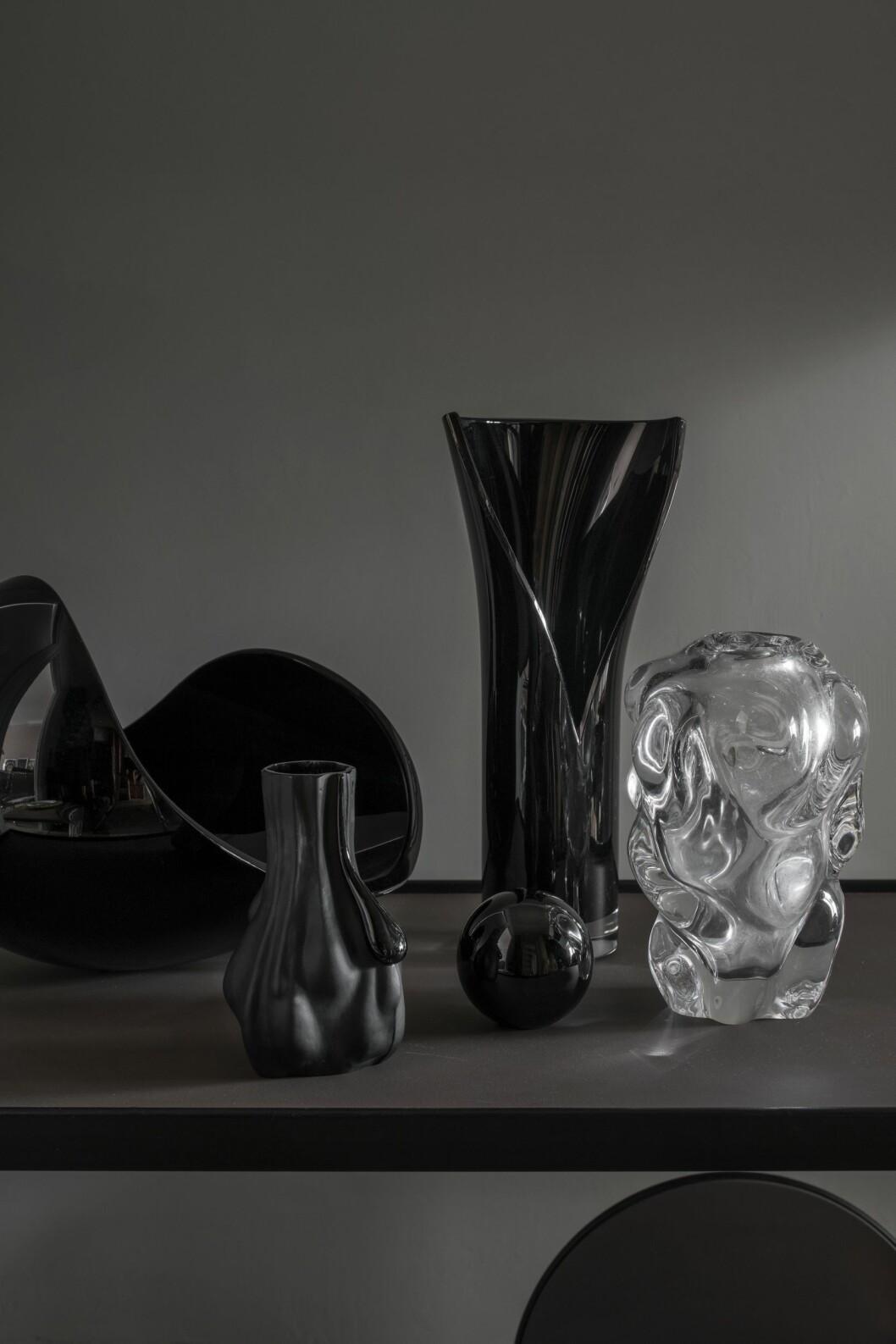 Glasobjekt av Lena Bergström, Orrefors, och Per B Sundbergs Move i klarglas för Orrefors. Liten blästrad vas av Markus Emilsson för Målerås glasbruk.