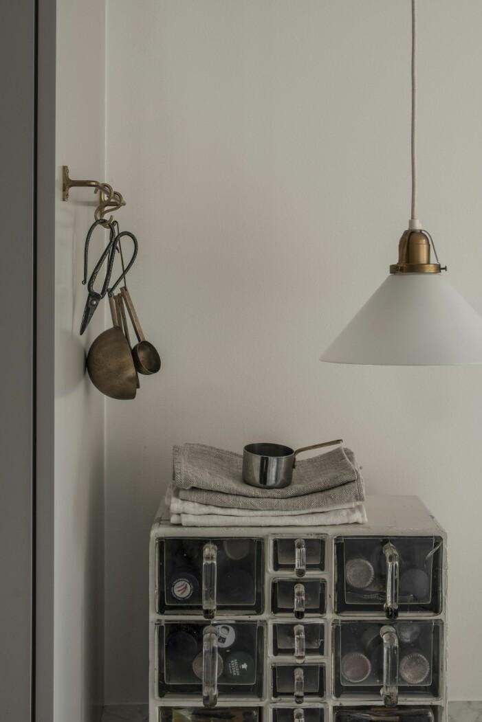 skomakarlampa i kök hemma hos modefotografen Sara Bille