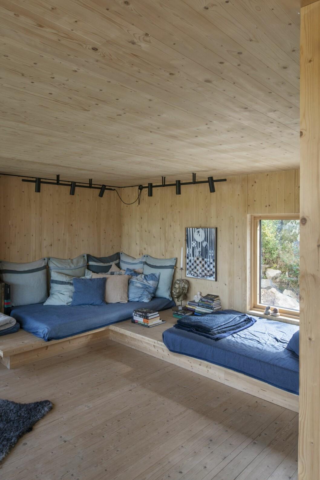 Inbyggda bänkar i vardagsrummets privata del.