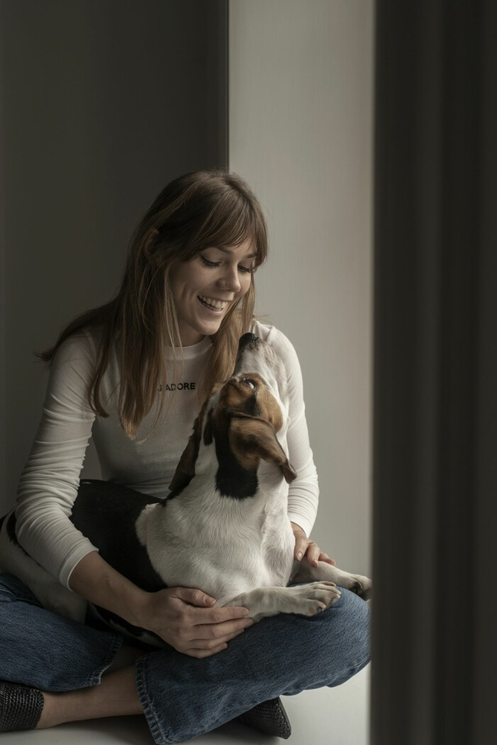 Modefotografen Sara Bille med sin beagle