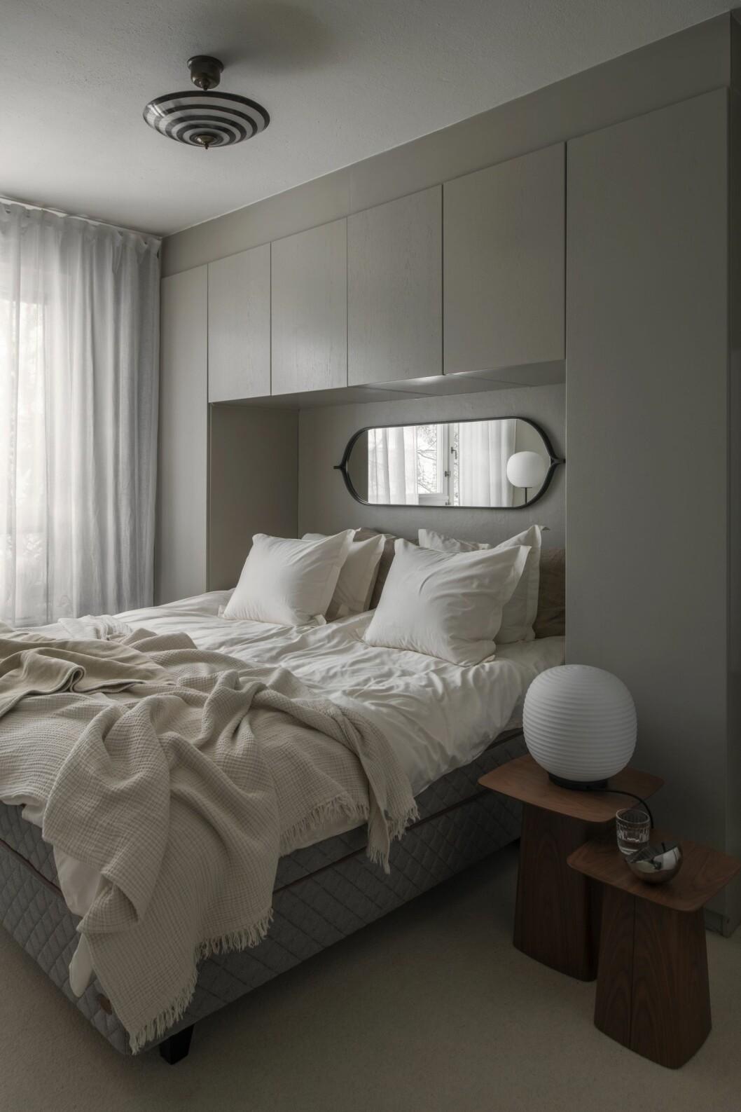 Sovrummet med platsbyggda garderober, heltäckningsmatta och stor säng från Dux.