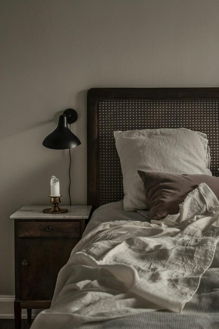 Sänggavel i rotting från jotex och sänglampor från Schottlander