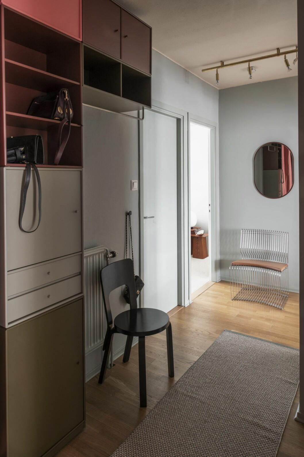 Hall med kontrasterande kulörer, modulsystem från Montana och stolikoner av Aalto och Verner Panton från Artek.