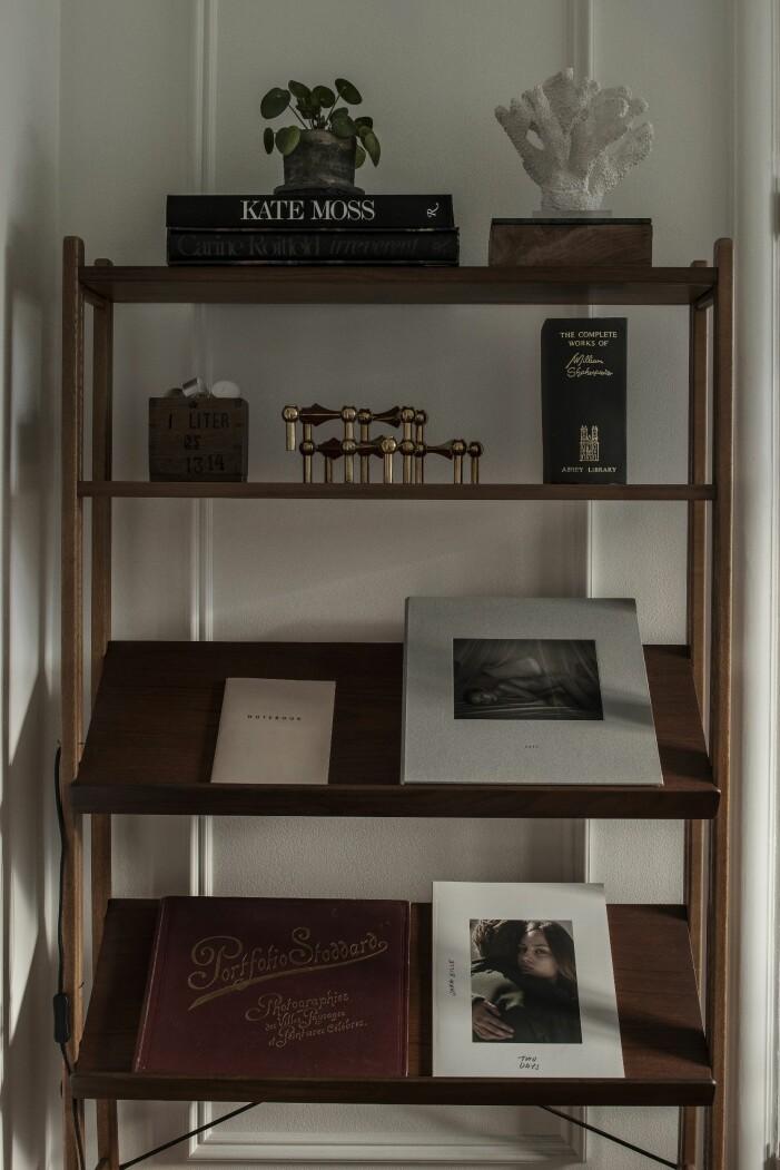 Vintagehylla med coffee table böcker