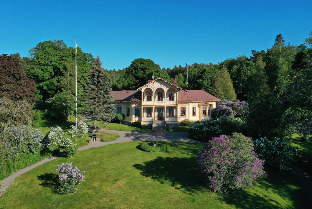 Villan har byggnadshistoriska detaljer och uppfördes 1864.