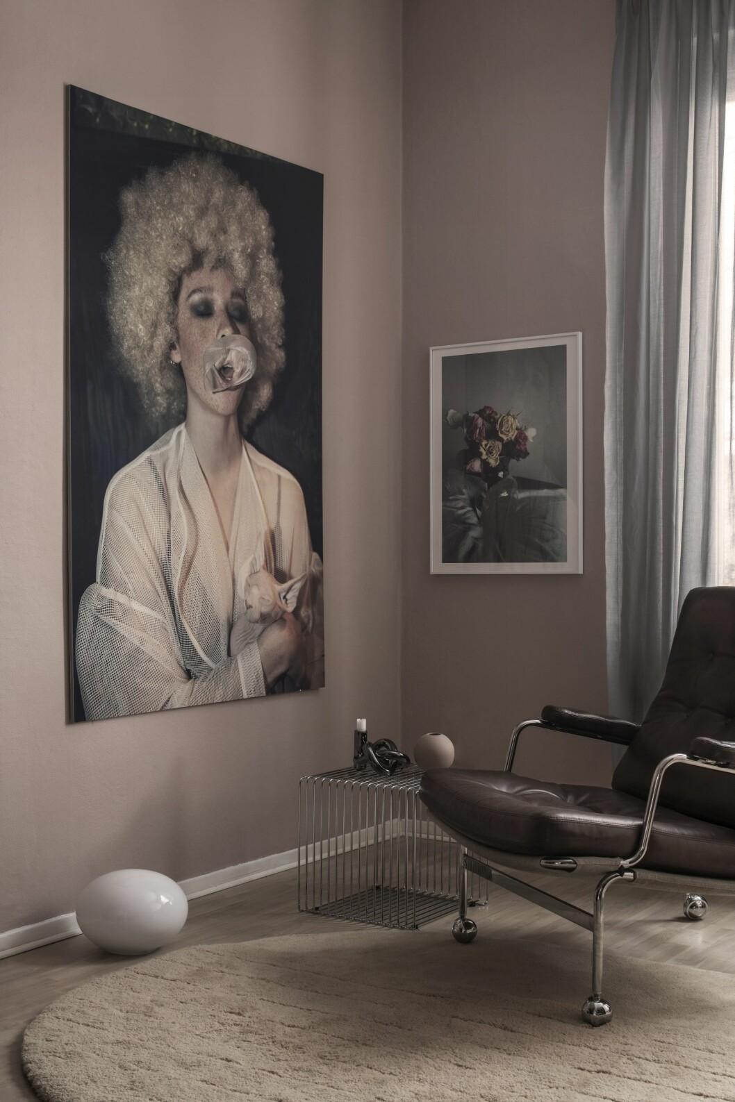 Tonårsrum med rosa väggfärg, fåtölj Karin av Bruno Mathsson för Dux och konstverk av Ruvan Wijesooriya, Absolut art.