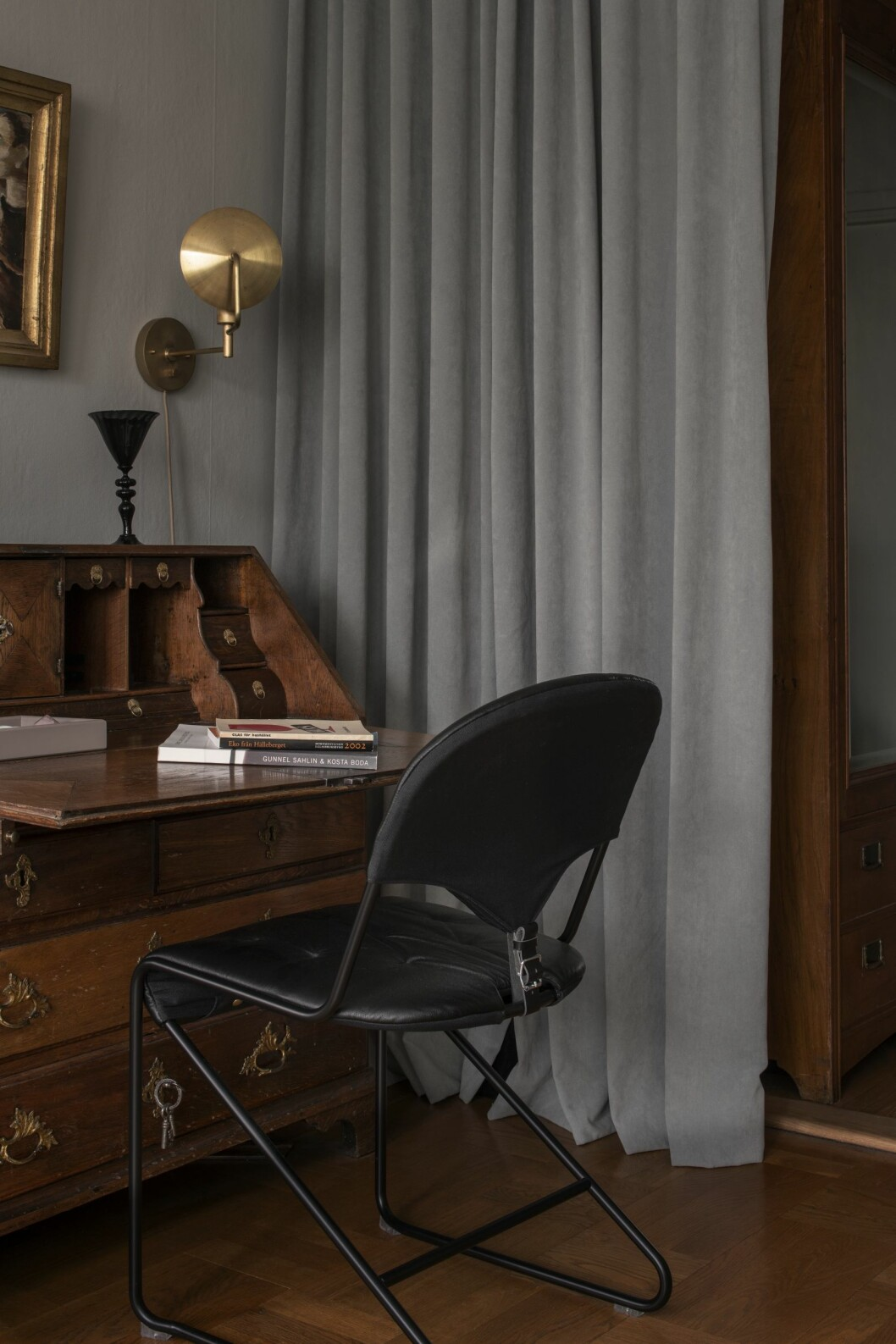 Skrivbyrå med stolen Sam, ritad för Dux av Sam Larsson 1974 och tavla av Vicke Lindstrand.