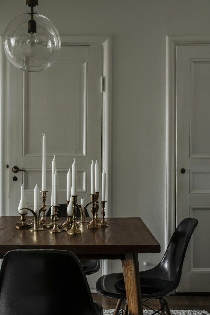 Eamesstolar runt matbord av den franska designern Pierre Jeanneret från Galerie maison premiere
