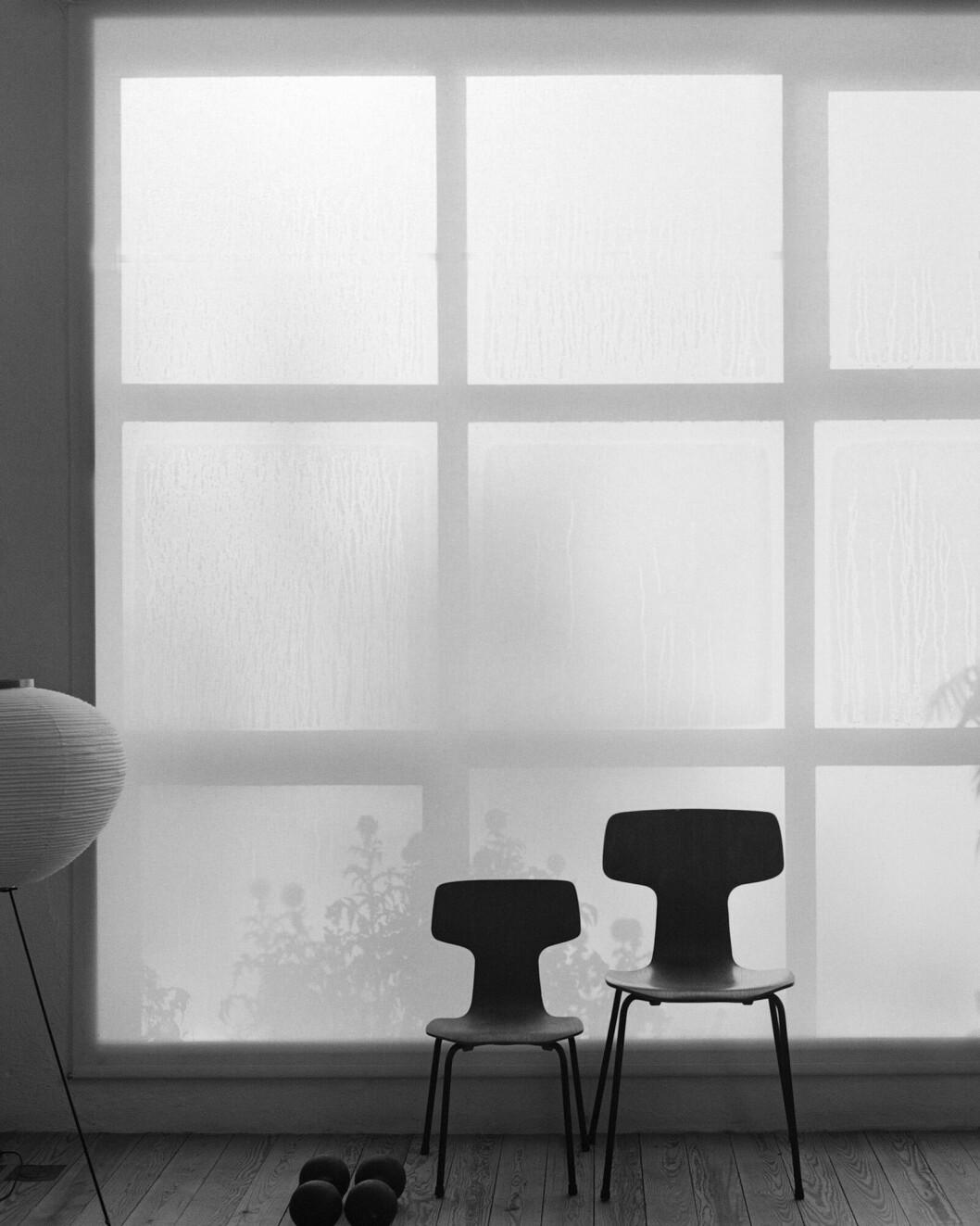 Stolar Arne Jacobsen, lampa av Isamu Noguchi för Vitra.