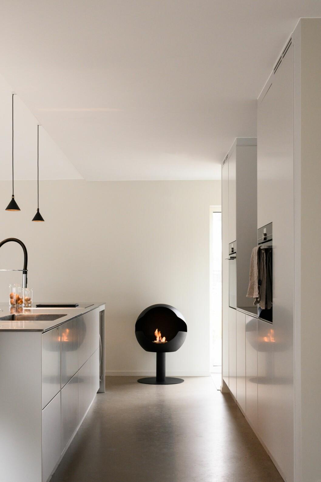 Fristående eldstad, Globe hög fot, svart, insatssten Mystic Sand, pris 27 900 kr, Vauni