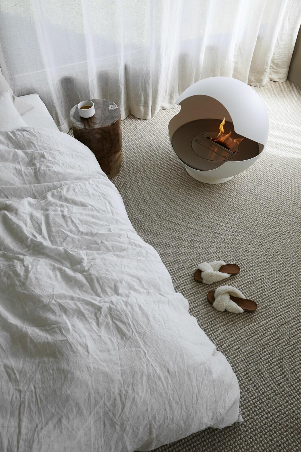 Sovrum med braskaminen Globe från Vauni. Styling av Pella Hedeby.
