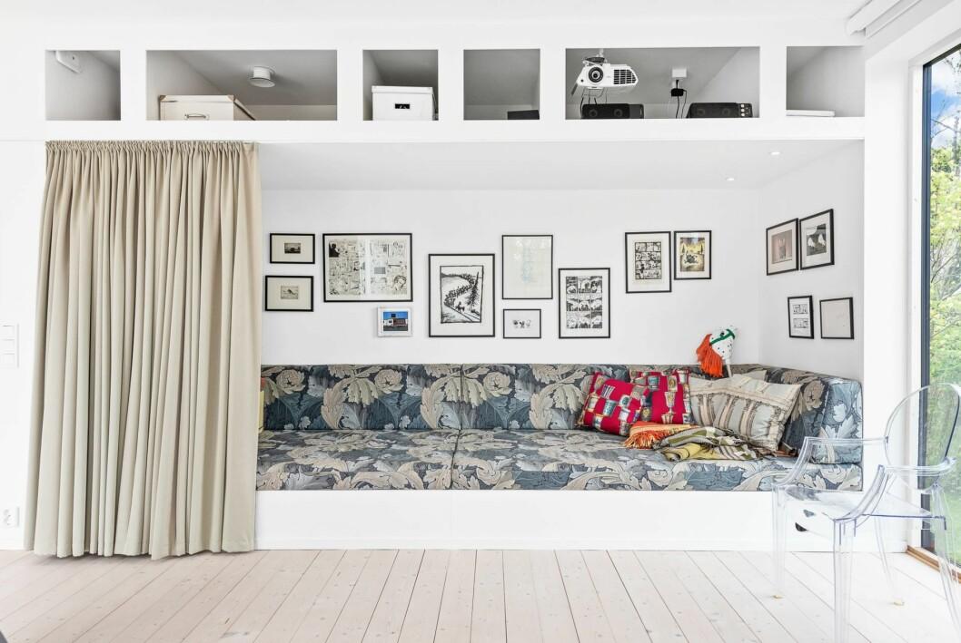 Platsbyggd soffa i alkov.
