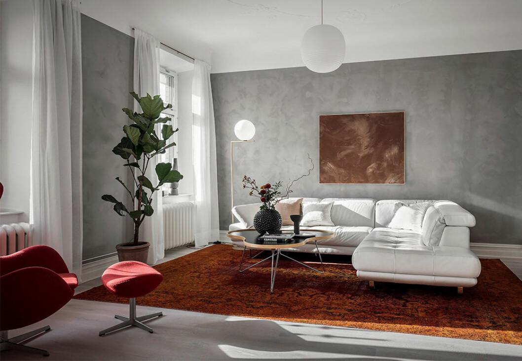 Kalkfärg på väggarna och en röd fåtölj ger 90-talskänsla i modern tappning