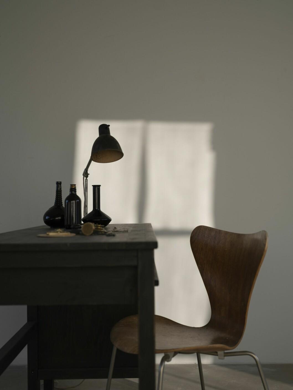 Lampan är från Lampe Gras, 1920-talsform av Bernard-Albin Gras. Stolen är Arne Jacobsens klassiker 7:an.