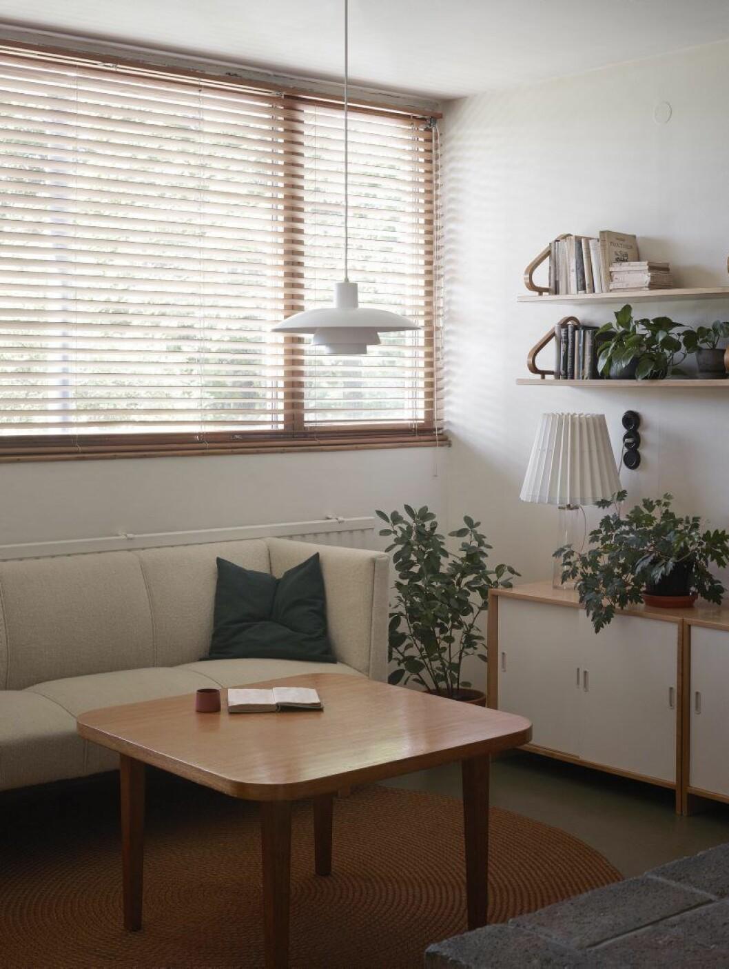 I vardagsrummet hemma hos Alvar Aalto. Lampa Poul Henningsen. Lampan på sideboarden är av Maire Gullichsen. Terracotta- kopp, Jatta Lavi, Lokal Helsinki. Hyllor, Aalto.