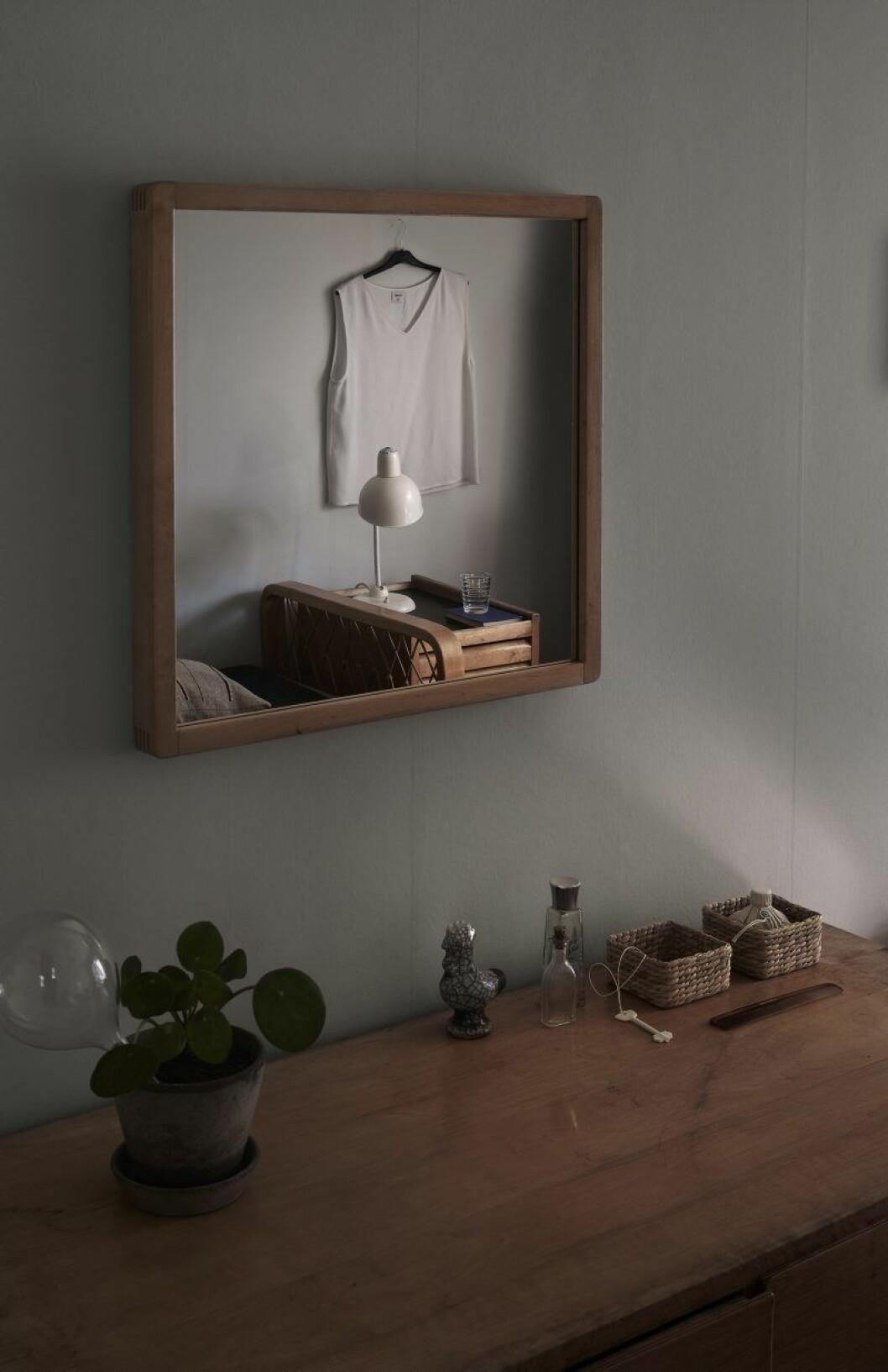 I dotterns sovrum, topp Michele, tupp i keramik, självvattnande glasbubbla, Samuji. Dricksglas av Aino Aalto. Nyckel i keramik, Veera Kulju, Lokal Helsinki.