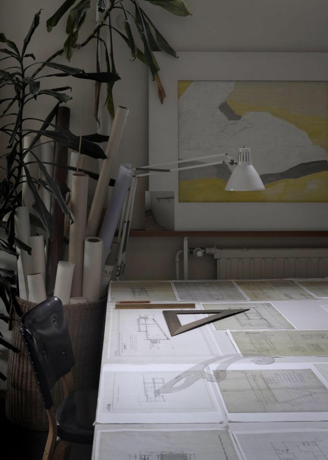 Arbetsrummet hemma hos Alvar Aalto. På bordet ritningar och en modell av Säynätsalos stadskärna.