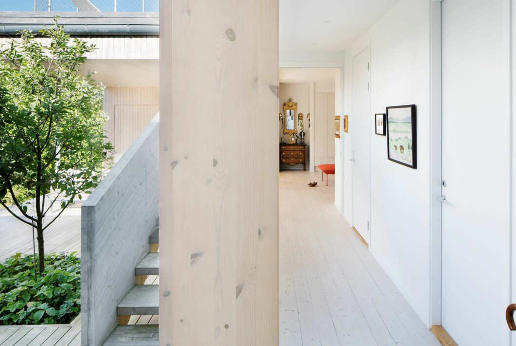 Splitvy av innergården utomhus och korridor invändigt.