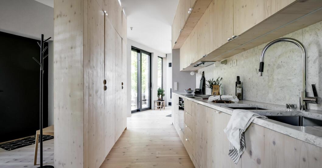 Köket är anpassat och tillverkat av möbelsnickare.