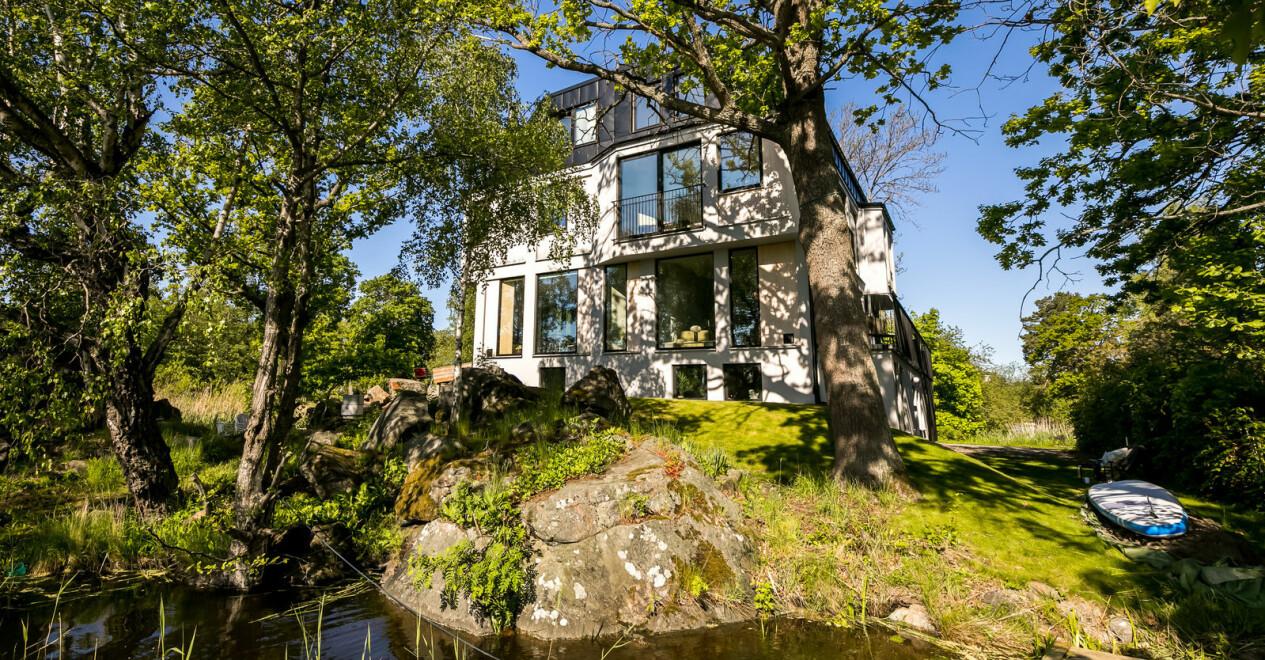 Modernt arkitektritat hem med egen sjötomt.