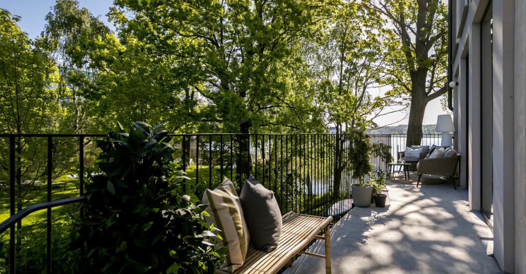 Lång terrass med sjöutsikt.