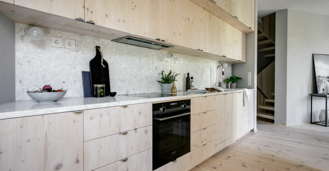 Ljusa materialval i det moderna köket.
