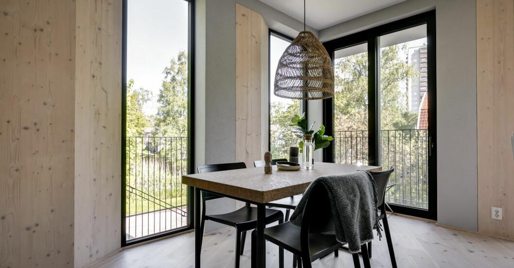 Matbord med dimningsbar lampa ovanför.