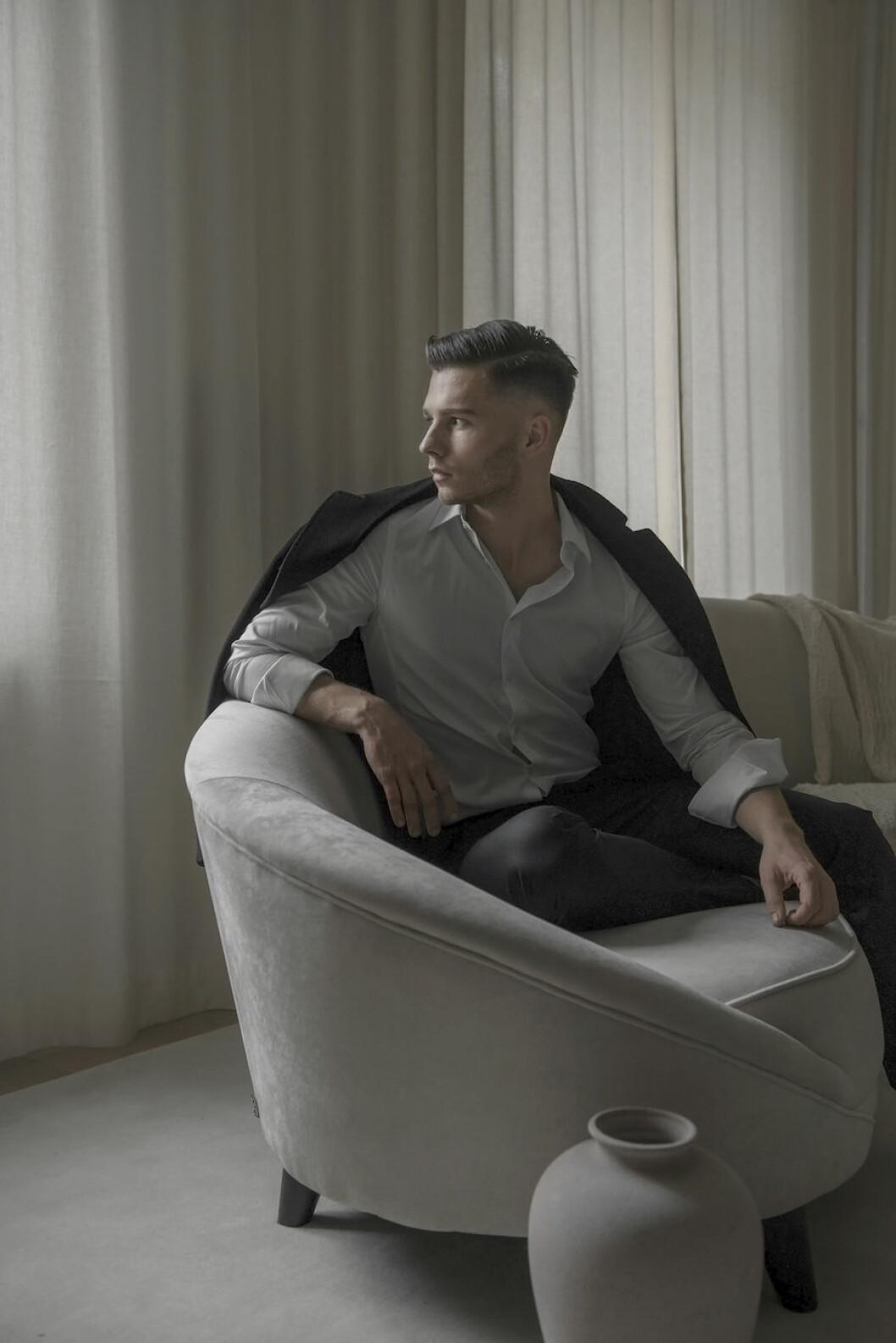 Alexander Miller i sin soffa hemma.