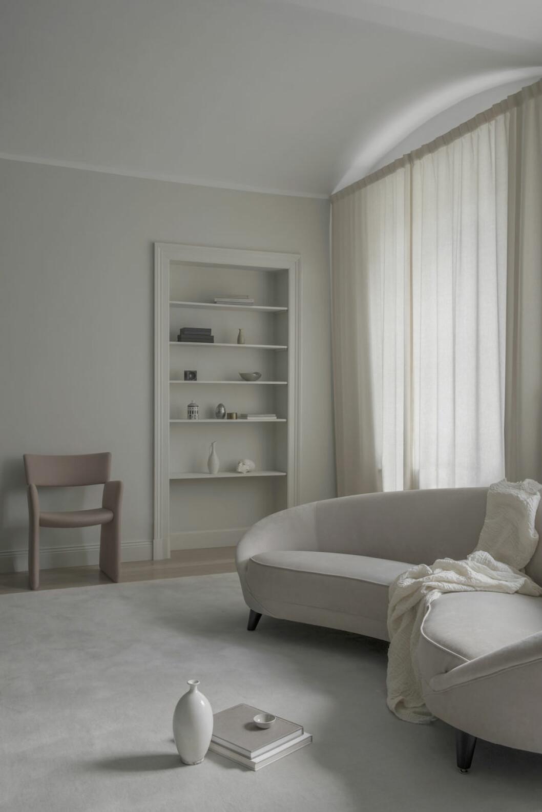 Alexander Söderqvists vardagsrum med soffa och fåtölj från Massproductions.