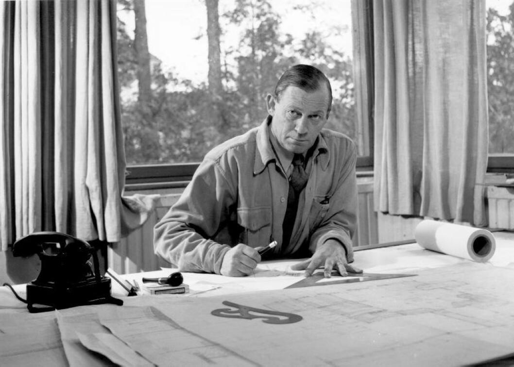 Alvar Aalto vid ritbordet i huset i Helsingfors