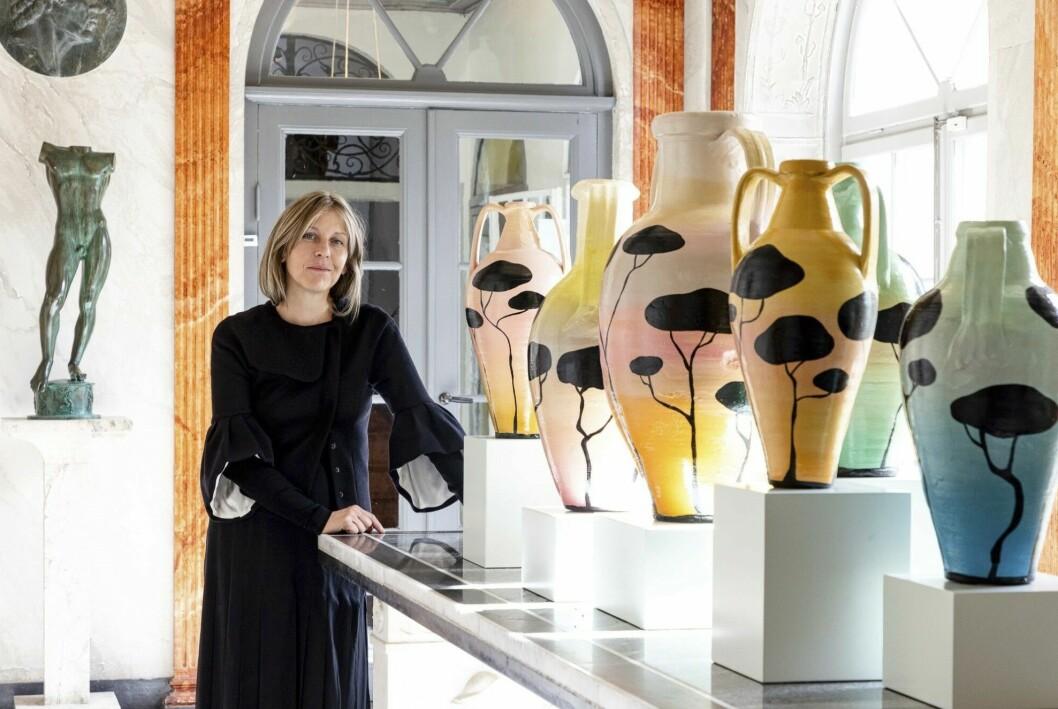 Liselotte Watkins med sina färgstarka verk.