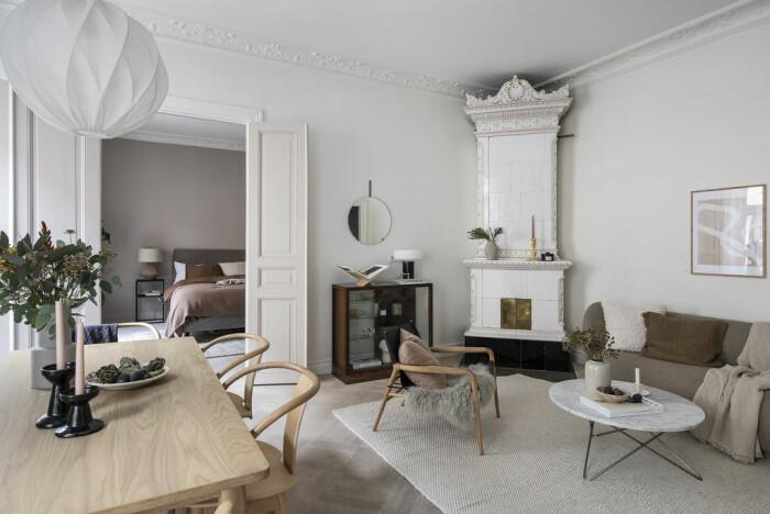 vardagsrum med kakelugn och stuckatur hos Angelica Blick