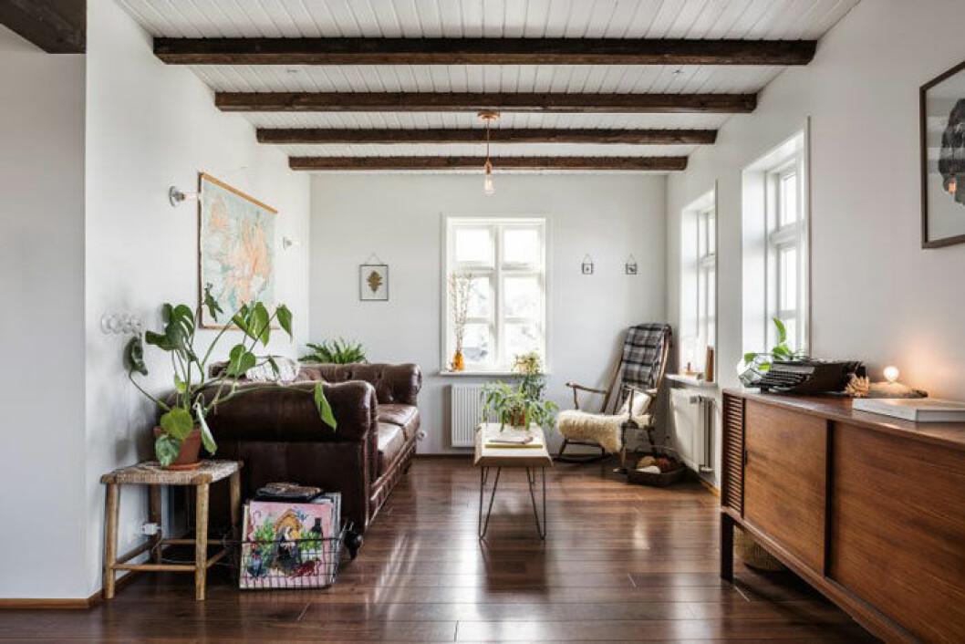 Anthony och Ýr har renoverat huset tillbaka till sin ursprungliga charm med synliga takbjälkar. Bord och sideboard har Anthony gjort själv.
