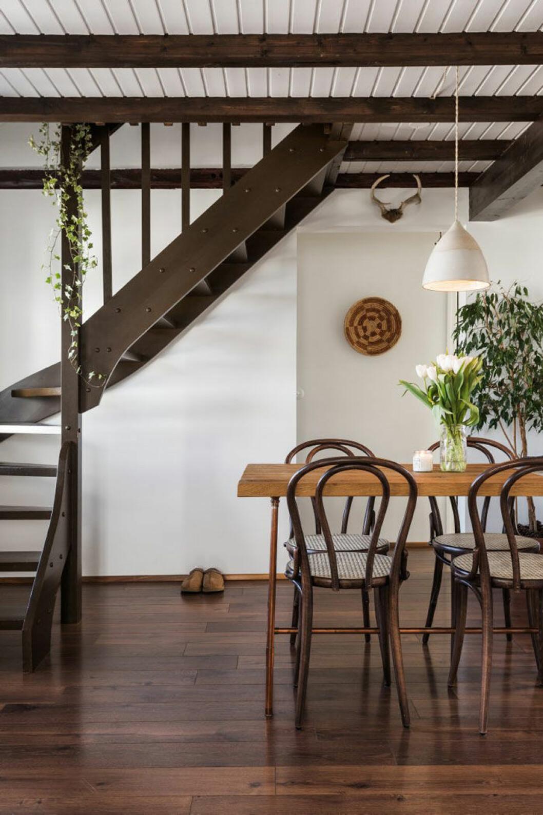 Matbordet till höger har Anthony gjort själv, för Reykjavík Trading Co, av materialkombinationen koppar och ek. Huset byggdes 1884 och var det första att uppföras på den gatan. Ýr och Anthony har lyckats bevara atmosfären.