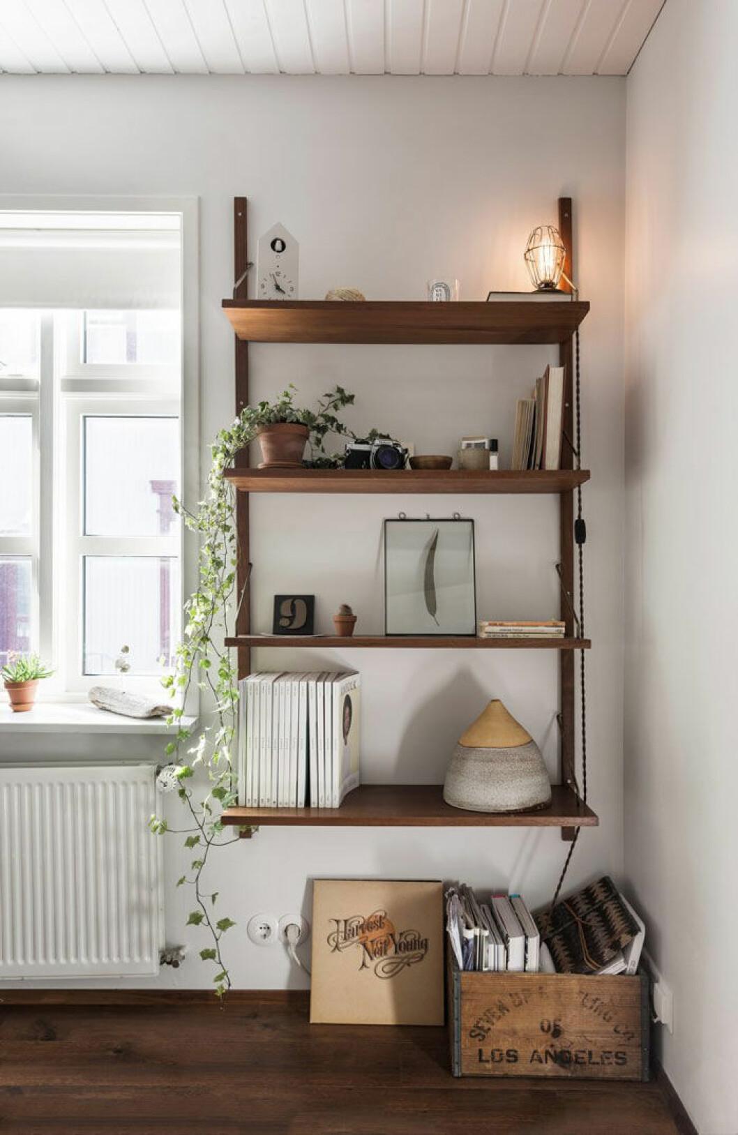 I bokhyllan samlas läsning och inspiration för långa vinterkvällar.