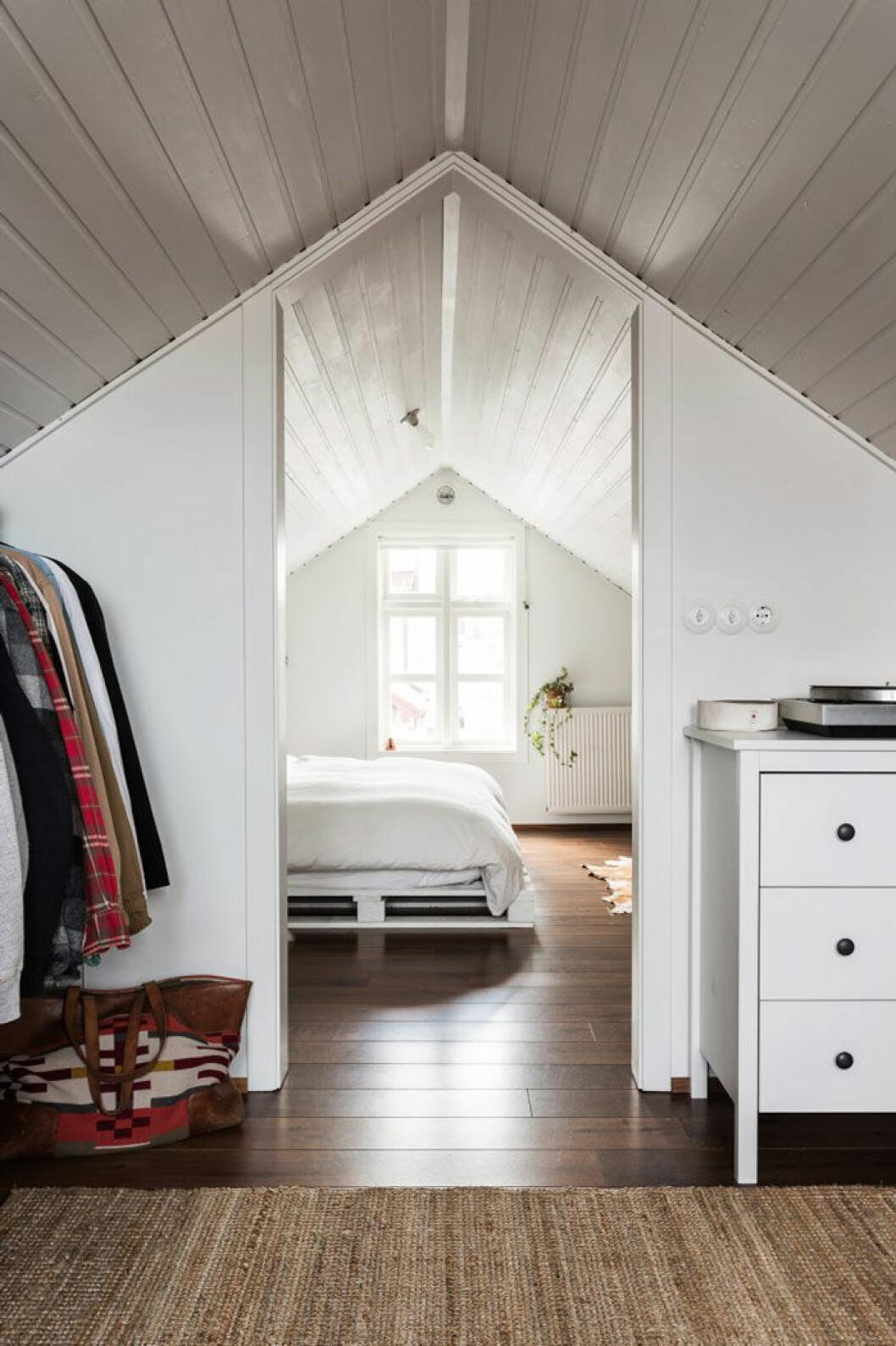 Sovrummet har en säng som Anthony byggt av gamla lastpallar. Husets vind har konverterats till ett loft med balkong ut mot hamnen och skog åt andra hållet.