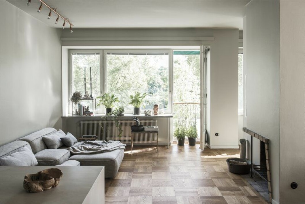 Vardags- rummet, som också fungerar som ateljé, är lägenhetens givna nav. Framför den öppna spisen står soffan Cloud från Lema, designad av Francesco Rota.