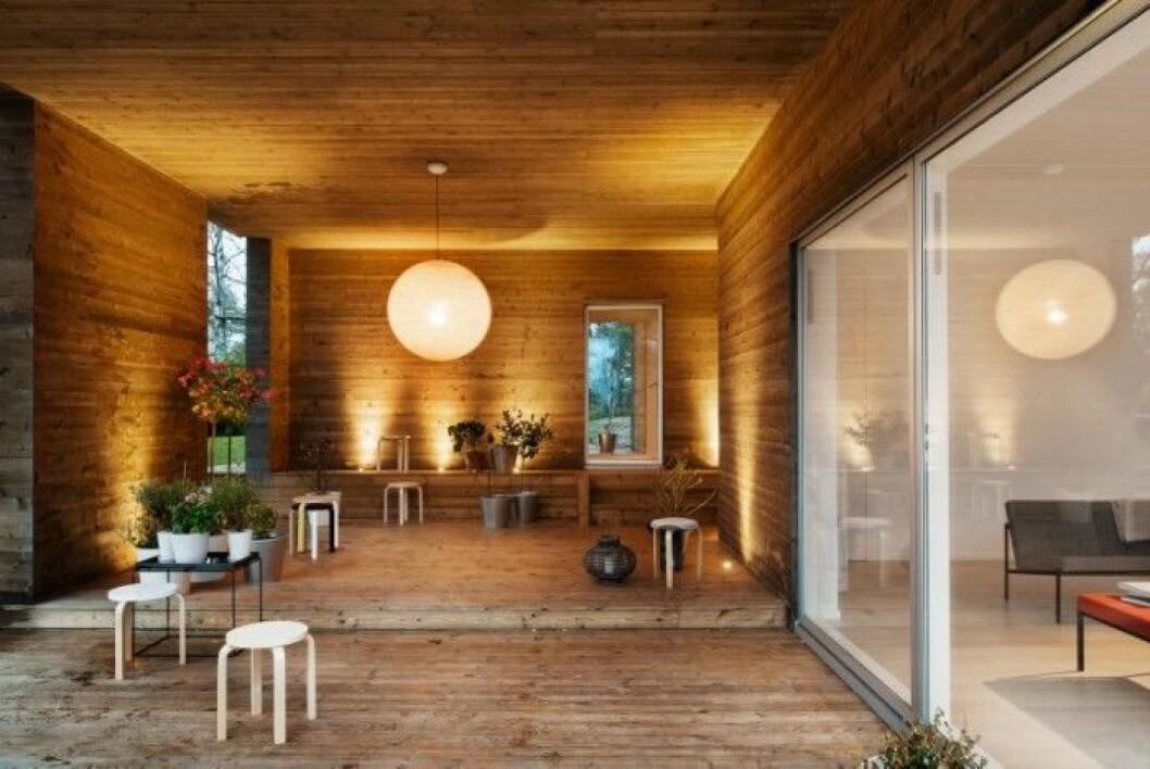 Det takförsedda uterummet bjuder på tre subtila höjdförskjutningar som kommer igen i huset. Pallar, Alvar Aalto, Artek.