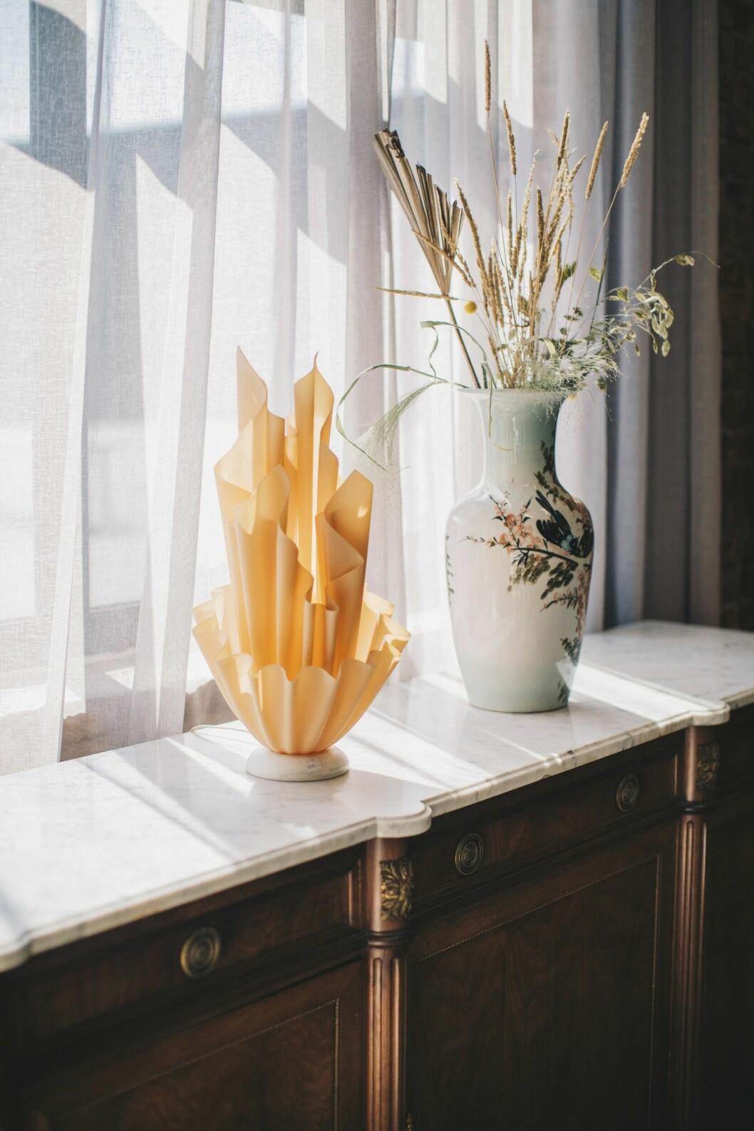 Skippa marmor på matbordet, Marie ser det hellre på andra ytor. Och ge plats för lite galna inslag. Lampan Corolle av Georgia Jacob, vas och skänk, Artispelisse.
