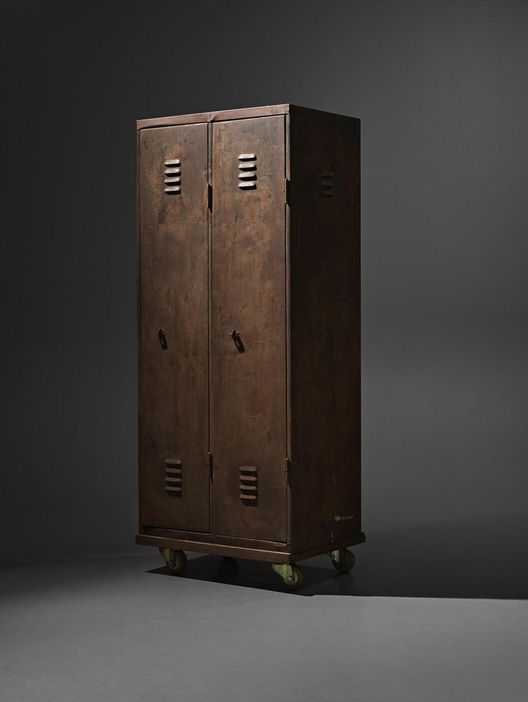 """Omklädningsskåpet i industridesign från 1900-tal var rekvisita i pjäsen """"Stilla liv""""."""