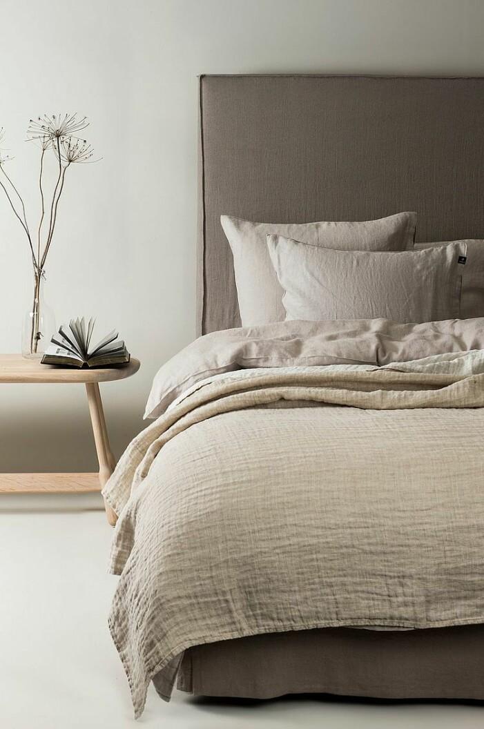 bädda sängen med kuddar inspiration