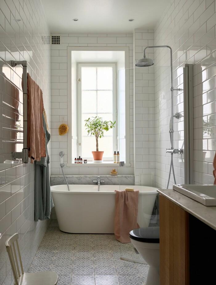 Skapa sommarkänsla i badrummet med gröna växter och blommor