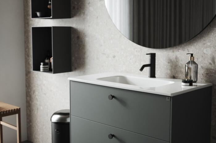 badrum med svarta detaljer som blandare och knoppar