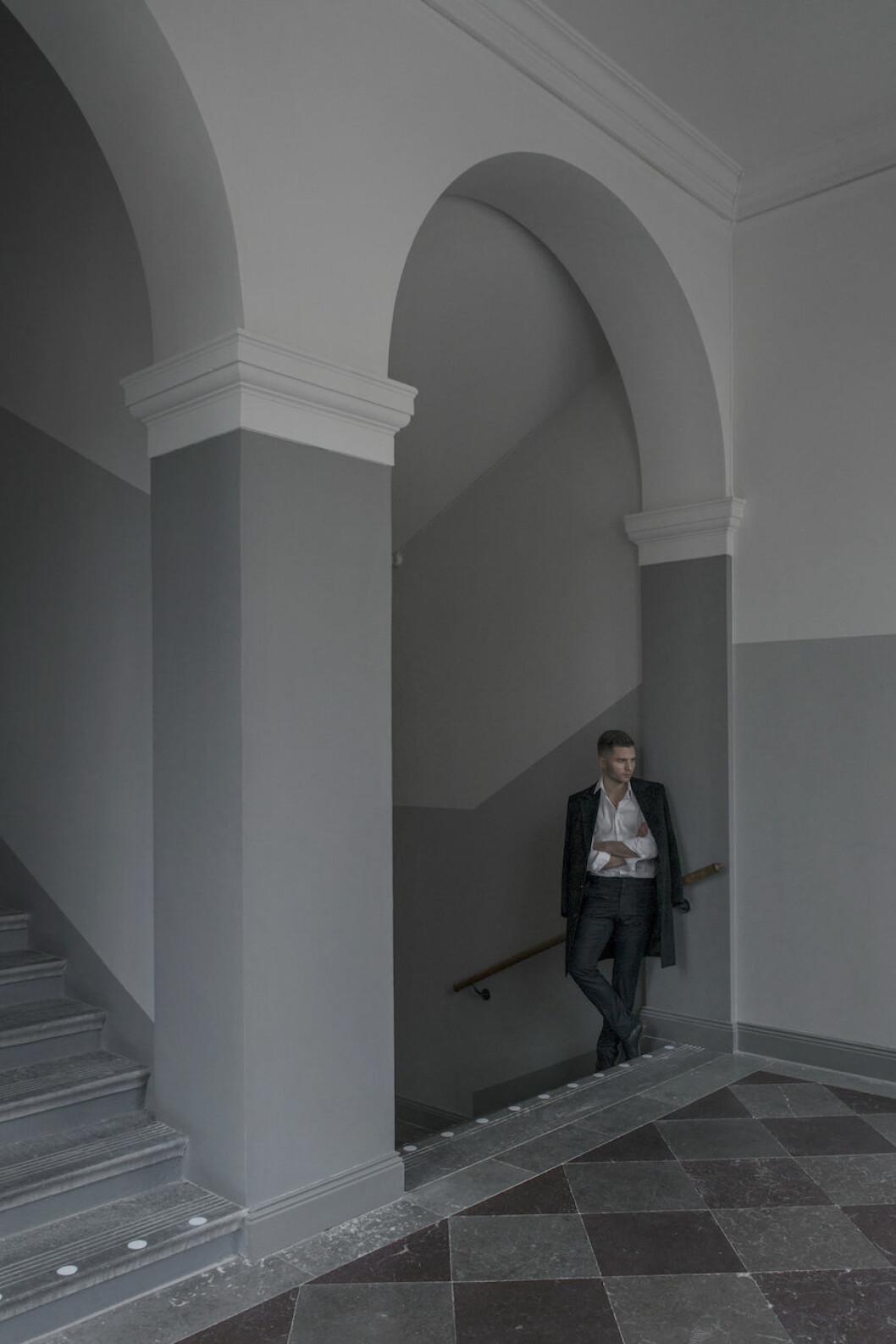 Bild på Alexander Söderqvist i trapphuset på lägenheten i kvarteret Vega.