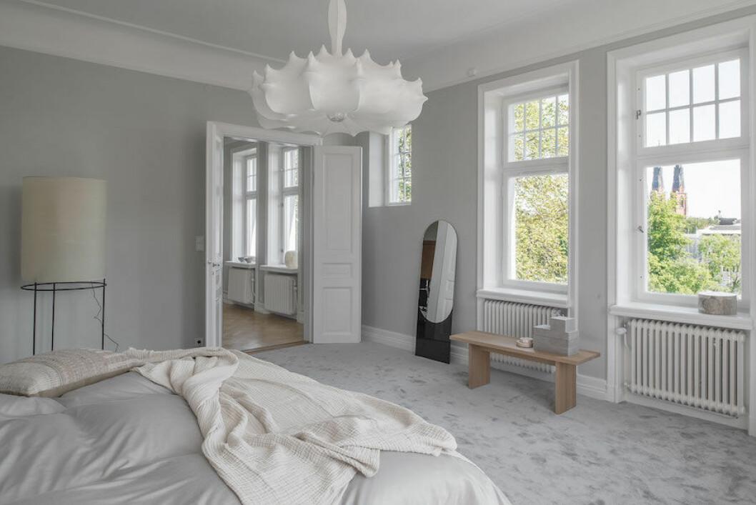 Bild på sovrummet i lyxlägenhet stylad av Annalena Leino-Karlsson.