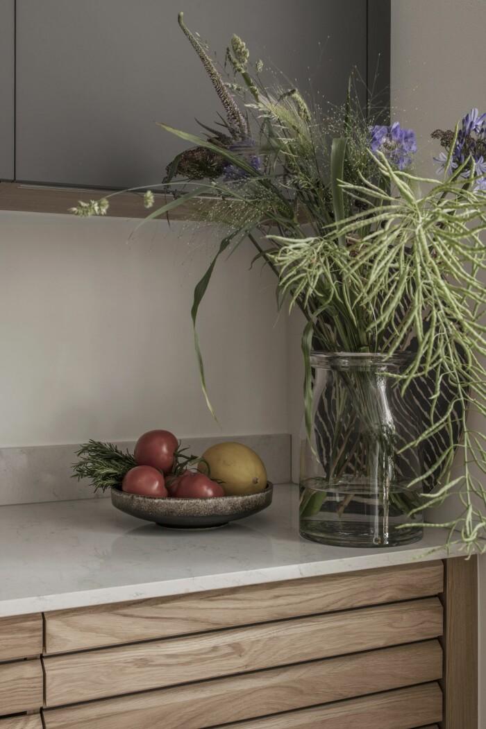 blommor och grönsaker på köksbänk