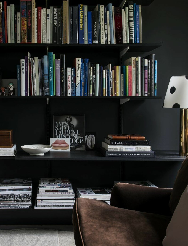 I biblioteket står en Howardsoffa i sammet, den prickiga lampskärmen i siden har han målat själv.