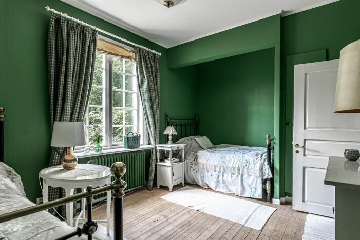 Herrgård i karolinsk stil i Borgvik Värmland sovrum i grönt